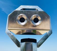 Schau mir in die Augen! (mrburton75) Tags: ostsee baltik baltic baltikum kühlungsborn look binoculars beobachtung minimal abstrakt abstract art kunst alu aluminium optik beach strand vorpommern mecklenburgvorpommern mecklenburg fernglas