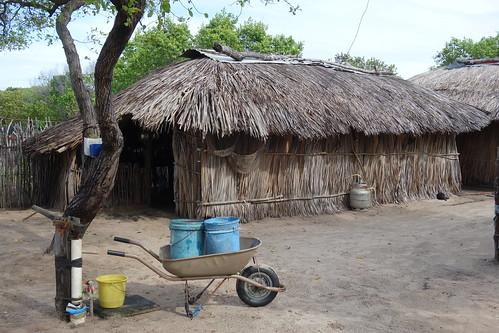 On tire l'eau du puits pour avoir de l'eau potable.