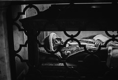 Descanza en paz (Bruno Naredo) Tags: vaticano papa pope paps scary portrait filmisnotdead filmphotography kodaktmax400 tmax kodak canon analogue analogphotography analog schwarzweiss blancoynegro blackandwhite streetview streetportrait rome rom roma italia italien italy street travel 50mm retrato realistic