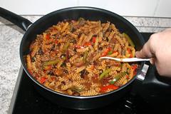 33 - Zwischendurch umrühren / Stir from time to time (JaBB) Tags: bellpepper paprika rinderhackfleisch groundmeat hackfleisch beefmince zwiebel rotezwiebel redonion onion taco tacogewürz tacoseasoning pasta nudeln spirelli bohnen beans schwarzebohnen blackbeans salsa käse cheese rezept recipe kochen cooking onepot kochexperiment kochexperimente küche kitchen