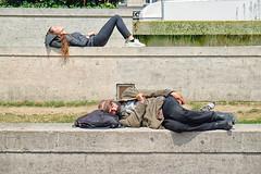 Repos // Rest (erichudson78) Tags: streetphotography france iledefrance paris1er parvisdelhôteldeville fujifilmxe2 scènederue sacàdos backpack personnes people allongé lying mondesopposés opposingworlds town ville street rue