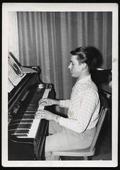 Archiv P067 Pianist Bernd, 5. August 1961 (Hans-Michael Tappen) Tags: archivhansmichaeltappen klavier pianist musik notenblätter sitz stuhl armbanduhr fotorahmen 1961 piano musikinstrument klavierspielen 1960s 1960er