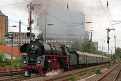 01 519 zieht den Westfalendampf-Sonderzug auf der Rückfahrt nach Emden durch Düsseldorf-Rath, 02.06.2018 (-cg86-) Tags: signal flügelsignal düsseldorf dampfzug sonderzug westfalendampf rath düsseldorfrath