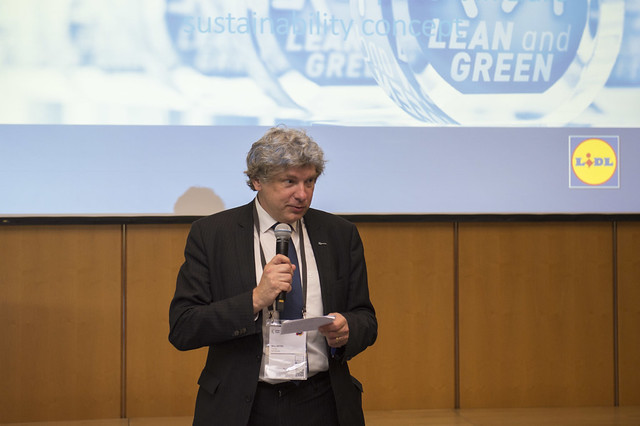 Nico Anten welcomes attendees to the Side Event on Lean analytiX™