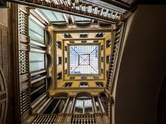 Barcelone - cour intérieure II (françoispeyne) Tags: barcelone architecture courinterieure envoyage route rue têteenhaut barcelona catalunya espagne es