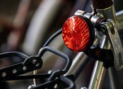 UNA LUCE NEL BUIO. (FRANCO600D) Tags: fanale fanalino luce rosso red bicicletta macro canon eos6dmarkii franco600d luz light redlight luzroja bicycle ciclismo transportation hmm macromondays macromondaysthemetransportation 1510 41 16