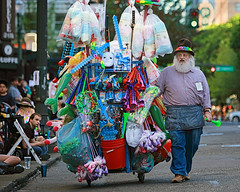 Pre-Parade Peddler (Ian Sane) Tags: ian sane images preparadepeddler starlightparade2018 man concession cart downtown portland oregon rosefestival2018 candid street photography southwest broadway pdx canon eos 5ds r camera ef70200mm f28l is usm lens