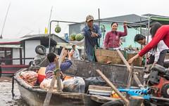 Catch them... (E.K.111) Tags: cantho cầnthơ vietnam vn boats river markets canthofloatingmarket people peopleallovertheworld candid