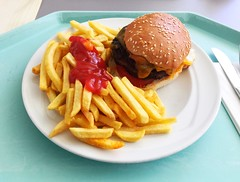 Cheeseburger & Pommes Frites (JaBB) Tags: cheeseburger pommesfrites frenchfries ketchup food lunch burger sesamsemmel essen nahrungsmittel bacon cheddar mittagessen kantine betriebsrestaurant nahrung