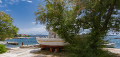 Das alte Boot / The old Boat (rockheadz) Tags: brodarica boot boat krapanj croatia colorfull landscape sea meer landschaft tree baum