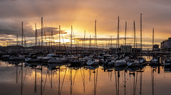 Puesta de sol. Puerto deportivo. Gijón. (David A.L.) Tags: asturias asturies gijón puestadesol atardecer ocaso puerto puertodeportivo elmuelle panorámica panorama agua reflejo