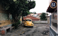 Once a very common sight.. (Diego3336) Tags: vw volkswagen beetle bug escarabajo fusca sedan car old classic vintage vehicle urban street curbside 70s 1970s 51 cachaça pinga bar clicksp streetshot streetphoto saopaulo sp brasil brazil latinamerica southamerica cameraphone