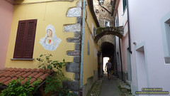 P1520734 (bebsantandrea) Tags: ortonovo luni liguria nicola borgo lunigiana centro storico piazza chiesa torre panorama collina versilia