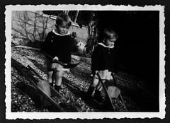 i gemelli con le carriole - Vicenza dicembre 1936 (dindolina) Tags: photo fotografia blackandwhite bw biancoenero monochrome monocromo vintage family famiglia history storia gemelli twins vignato garden giardino italy italia veneto vicenza carriole toy giocattolo 1936 1930s annitrenta thirties