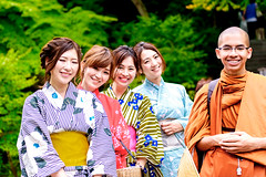 Kimono girls and monks from Thailand : 着物少女たちとタイから来た僧侶 (Dakiny) Tags: 2018 spring earlysummer freshgreen may japan kanagawa kamakura hase hasedera temple outdoor people woman girl kimono portrait bokeh nikon d750 sigma apo 70200mm f28 apo70200mmf28exdgoshsm sigmaapo70200mmf28exdgoshsm nikonclubit