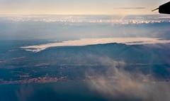 La boira de Vic des de molt amunt / Like a pan of fog (SBA73) Tags: catalunya catalonia catalogne catalogna katalonien cataluña каталония 加泰罗尼亚 カタルーニャ州 boira fog mist niebla boirabaixa meteo meteorología volar vol vuelo flight montseny maresme nuvols clouds