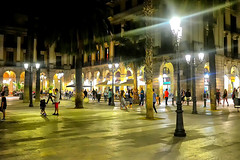 Plaça Reial a la nit (Fnikos) Tags: plaça plaza plaçareial plazareal square street people building architecture buildingcomplex nature palmtree walk paseo shopping night view column wall café bar restaurant shop store door window balcony city