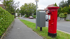 Elizabeth 2 cypher  B type post pillar box Wyndham Road Poole 07.09.2017 (2) (The Cwmbran Creature.) Tags: g p o gpo general post office street furniture red heritage letter great britain gb