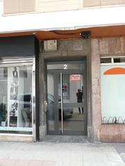 Placa franquista retirada en el portal nº 2 de la calle Zubiaurre.