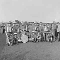 Marching accordions from Killybegs (National Library of Ireland on The Commons) Tags: tynanphotographiccollection nationallibraryofireland ireland denistynan donegal killybegs marchingband aoh ancientorderofhibernians accordions drums uniforms stcatherinesaoh ulster cymbal falcarragh countydonegal band group parade easter easterparade flags pikes