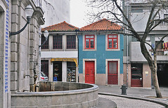 Cobblestone fountain (esmusein) Tags: sidewalk street porto portugal fountain cobblestone city cityscape travel holiday europe outdoor buildings houses frutas congelados architecture
