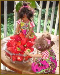 Die Minis und der riesige Erdbeerberg ... (Kindergartenkinder 2018) Tags: annette himstedt dolls kindergartenkinder leleti reki erdbeeren