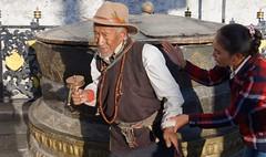 The helping hand, Tibet 2017 (reurinkjan) Tags: tibetབོད བོད་ལྗོངས། 2017 ༢༠༡༧་ ©janreurink tibetanplateauབོད་མཐོ་སྒང་bötogang tibetautonomousregion tar ütsang lhasa jokhang lhadentsuglakhang jowokhang ཇོ་ཁང་ oldman womanསྐྱེས་དམན་kyemen བུད་མེདbümé beautifulwomanབུད་མེད་མཆོགbümemchok prettywomanབུད་མེད་མཆོར་མོbüméchormo ladyfemalewomanམོmo མོ་སྐྱེསmokyé femalesམོ་རྣམསmonam faceགདོང་པ་dongpa གདོང༌dong གདོང་ཁdongkha portrait portraiture facecolorགདོང་མདོགdongdok portrayal picture photograph likeness tibetanethnicityབོད་རིགས།bodrigs buddhismསངས་རྒྱས་ཆོས་ལུགས། tibetanབོད་པ buddhistསངས་རྒྱས་ཆོས་ལུགས་པ barkhorstreet