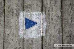 hier entlang / this way (Howdys) Tags: marker way dreieck triangle blau blue concrete beton farbe color colour weiss white textur texture wood holz maserung abdruck germany deutschland oberschwaben swabia upperswabia nikon d7100