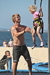 Bungee Trampoline (just.Luc) Tags: man male homme hombre uomo mann barechested torsenu bril lunettes glasses brille meisje fille girl mädchen menina chica child kid enfant kind niño beach plage strand tattoo tatoeage tatouage fun play spring lente printemps frühling arcachon gironde nouvelleaquitaine france frankrijk frankreich francia frança europa europe