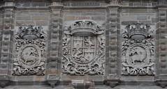 Astorga (León-España). Catedral. Fachada. Torre. Escudo real y del cabildo (santi abella) Tags: astorga león castillayleón españa catedraldeastorga heráldica escudos