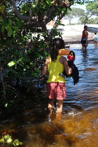 Les pieds dans l'eau pour se déplacer à travers l'oasis, c'est le quotidien des habitants durant la saison des pluies
