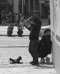 Street musician in Kungsportsplatsen in Gothenburg June 15, 2018 (biketommy999) Tags: göteborg sverige sweden biketommy biketommy999 2018 svartvitt blackandwhite