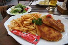 Sehr leckeres Schnitzel... (anwarnieninqe) Tags: schnitzel pommes ketchup salat erding erdinger weisbräu