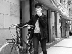 Allá que voy (no sabemos cómo llamarnos) Tags: streetphotography street photoderue fotourbana fotocallejera urbanphotography bike bici bicicleta bicyclette woman mujer femme rue calle blancoynegro blackandwhite noiretblanc primavera printemps