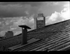 A chaminé da zeladora (terencekeller) Tags: fuji tw3 fujinon tmax tmax400 pb photofilm half frame demi preto branco