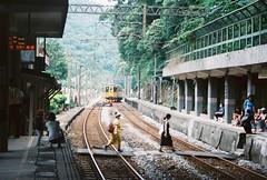 「等等我吧等等我嘛 火車開走啦」 (YL.H) Tags: canon 500n kodak ektar taiwan film analog railway 底片 三貂嶺
