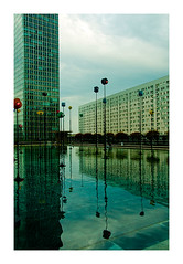 reflets sur le bassin (Marie Hacene) Tags: ladéfense paris reflets fontaine immeuble architecture