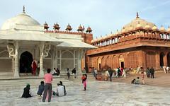 fatehpur sikri visitors (3) (kexi) Tags: india asia uttarpradesh fatehpursikri mosque islam old ancient people many red sandstone white marble canon february 2017