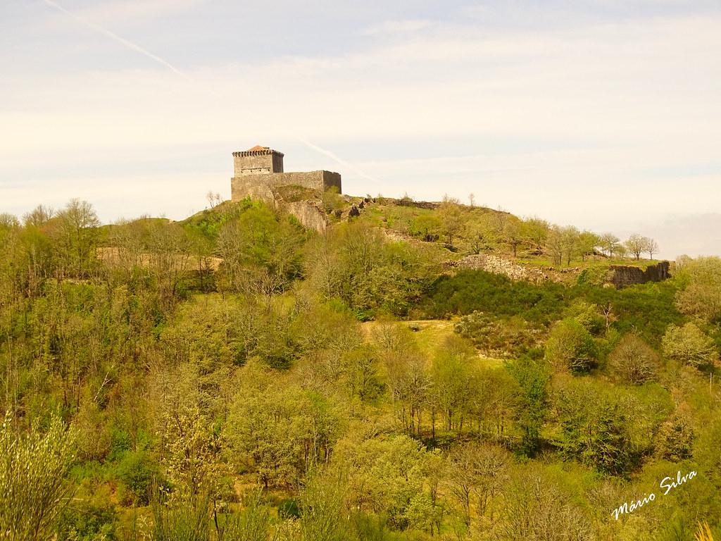 Águas Frias (Chaves) - ... o castelo de Monforte de Rio Livre (monumento nacional) no alto do Brunheiro ...