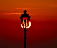 Non spegnete quella Luce (Arcieri Saverio) Tags: rosso red rouge controluce light luce lampada lampione sole sky nikon nikkor cielo natura natural armonia streetfothografy street tramonto sun sunset sunrise bellezza arte art