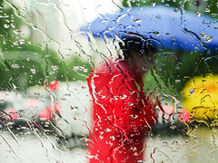 Rainy days (Lea Ruiz Donoso) Tags: sony hx350 coche car luz light iluminado iluminated agua water lluvia rain weather 2018 color bokeh traffic carretera gente umbrella luces lights ciudad madrid learuizdonoso
