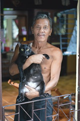 man and his cat (the foreign photographer - ฝรั่งถ่) Tags: middle aged man cat khlong thanon portraits bangkhen bangkok thailand nikon