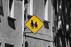 Straßenschild in Galway (efgepe) Tags: 2018 irland lightroom mai ireland strasenschild schild bw sw selectivecolor silverefexpro 200mm nik galway