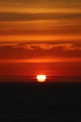 Where is the top of the sun? (Sven Bonorden) Tags: sun sunset sundown sonnenuntergang himmel sky abend evening norway norwegen norge nordsee northsea sea meer rot red