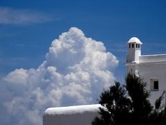 (Joan Pau Inarejos) Tags: grecia garmor despedida miconos mykonos junio vacaciones viaje nube nubes algodón esponjoso blanco white clouds chimenea edificio