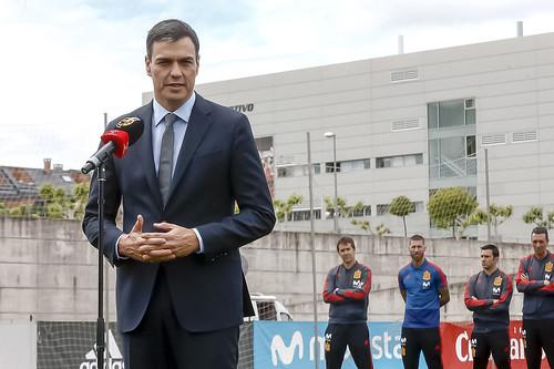 Sánchez entrega la Gran Cruz del Mérito Deportivo a Iniesta (05/06/2018)