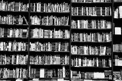 Where to go on holiday ? (jaume zamorano) Tags: book bookshop blackandwhite blancoynegro blackwhite blackandwhitephotography blackandwhitephoto bw d5500 monochrome monocromo nikon noiretblanc nikonistas pov library holiday vacation