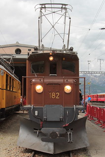 Rhätische Bahn RhB Lokomotive Ge 4/4 82 bzw. 182 ( Bernina Krokodil - Baujahr 1927 - Hersteller SLM Nr. 3210 - SAAS - Beschafft durch Berninabahn BB - Gehört Club 1889 ) am Bahnhof Pontresina im Engadin im Kanton Graubünden der Schweiz