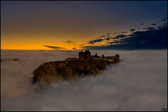 Castle in the Clouds (Lato-Pictures) Tags: sonnenuntergang sunset coucher du soleil tramonto puesta del sol zonsondergang solnedgång pôr do заход солнца zachód auringon lasku solnedgang wolken clouds nubes nuages nuvole nuvens moln волькен burg castle castro château rocca castelo fort grod замок 城堡 城 schatten shadow ombre ombra sombra schaduw skugga himmel sky cielo ciel cosmos schottland scotland