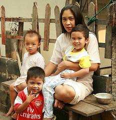 woman with children (the foreign photographer - ฝรั่งถ่) Tags: pretty woman three children mother khlong thanon portrait bangkhen bangkok thailand canon